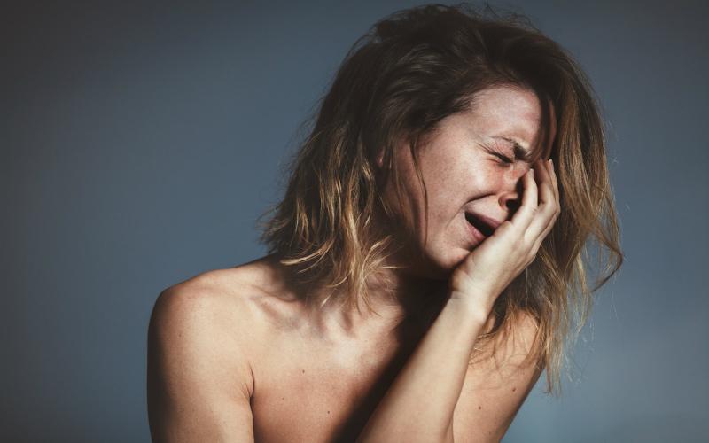 слезы без причины